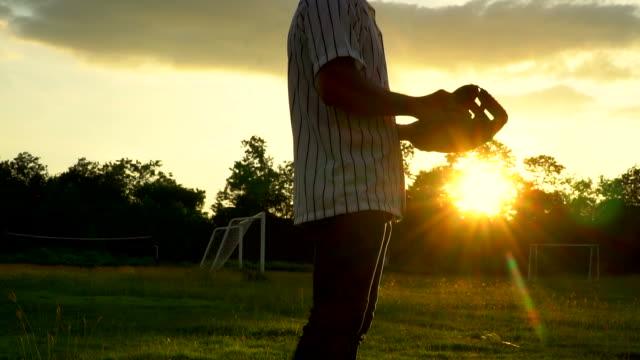 vídeos de stock, filmes e b-roll de câmera lenta: catching beisebol por luva de beisebol - softbol esporte