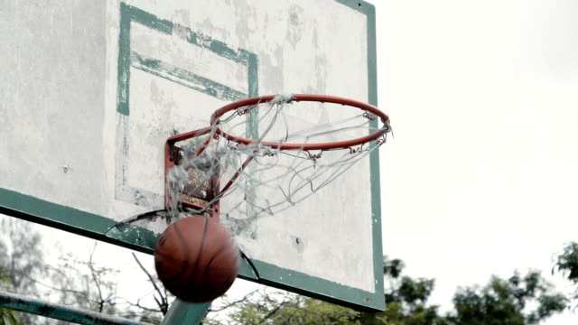 vídeos y material grabado en eventos de stock de cámara lenta: baloncesto, pasando por un aro - basketball hoop
