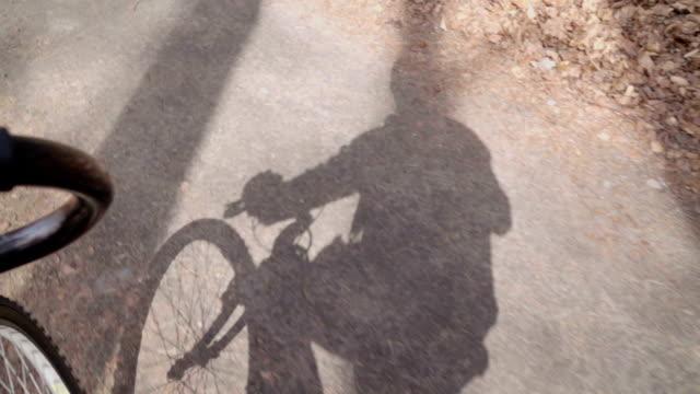 al rallentatore: bicicletta ombra - bike tire tracks video stock e b–roll