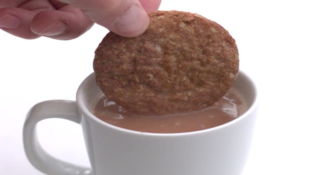 rallentatore biscuit dunk - immergere video stock e b–roll