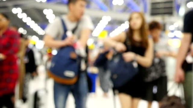 スローモーションの人や観光客や乗客が空港ターミナルで歩く - 展示会点の映像素材/bロール
