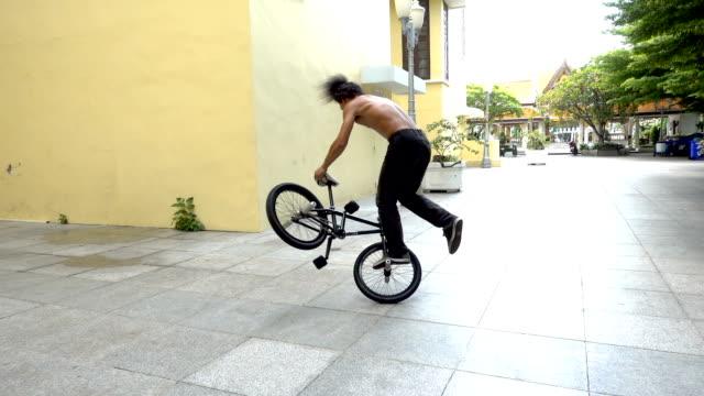 vidéos et rushes de truc de spin slow motion bmx flatland, modèle asiatique. - moto sport