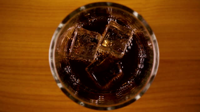 Slow-Motion. Luftblasen im Glas mit Cola-Top anzeigen – Video