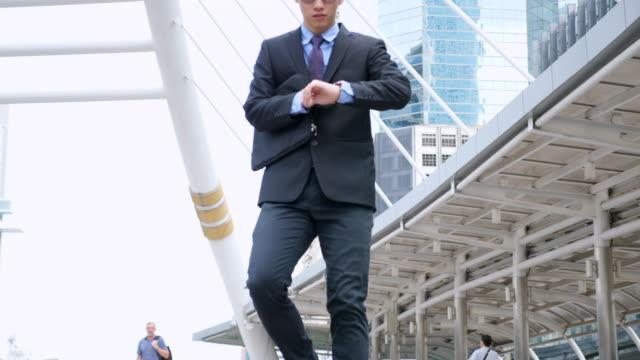 vídeos y material grabado en eventos de stock de empresario de cámara lenta prisa al trabajo mientras se ejecuta en la escalera - urgencia