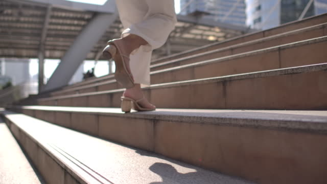 vídeos y material grabado en eventos de stock de mujer de negocios a cámara lenta corriendo por las escaleras - urgencia