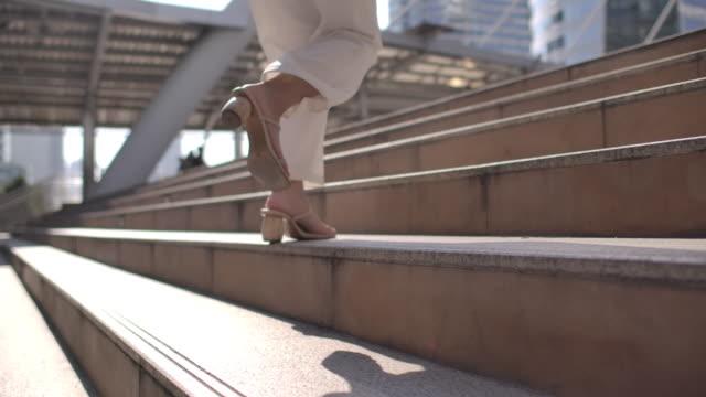 vídeos de stock e filmes b-roll de slow motion businesswoman running up the stairs - important