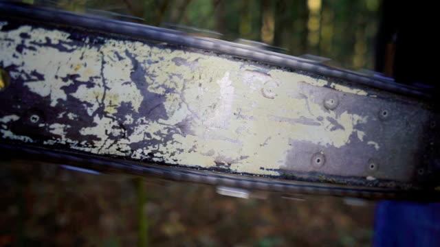 vidéos et rushes de lame de scie à chaîne ralenti spinning, close up - mitrailleuse