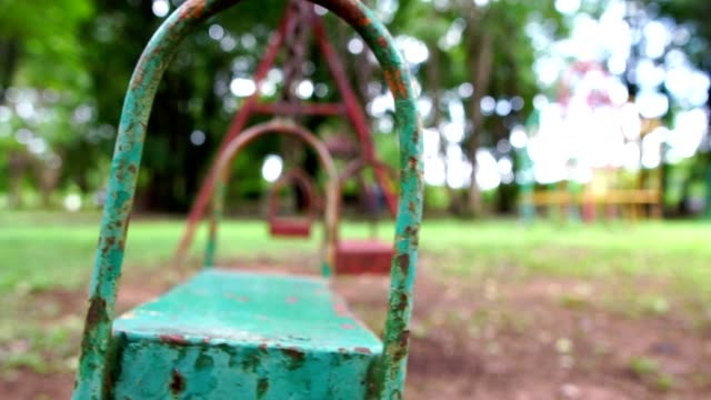 zeitlupe: kinderspielplatz, spielgeräte für kinder ist sehr alt und beschädigt, möglicherweise schädlich für die spieler - kinderspielplatz stock-videos und b-roll-filmmaterial