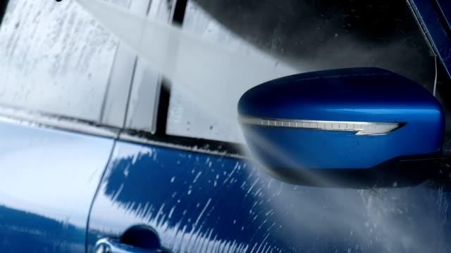 zeitlupe, in der nähe des mannes hand auto mit blauem schwamm und hochdruck-reinigung reinigung - wassersparen stock-videos und b-roll-filmmaterial