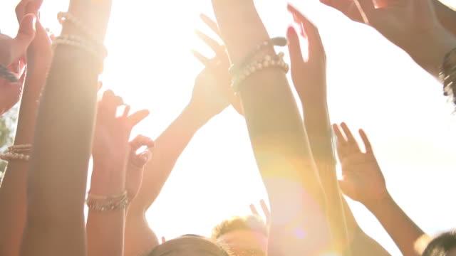 zeitlupe nahaufnahme der hände des menschen in party-tanz - musikfestival stock-videos und b-roll-filmmaterial