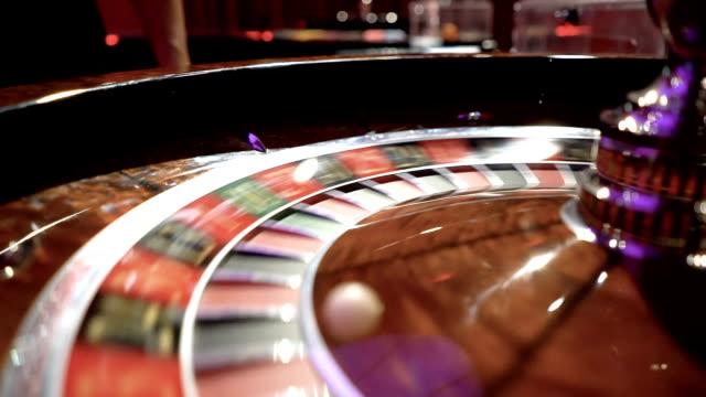 vídeos y material grabado en eventos de stock de cámara lenta cerca del giro de la rueda de ruleta - buena suerte