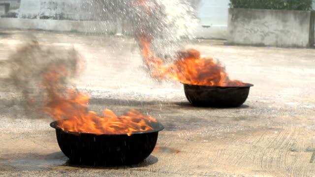 vídeos y material grabado en eventos de stock de closeup de lenta formación práctica de bomberos extingue. - brigada