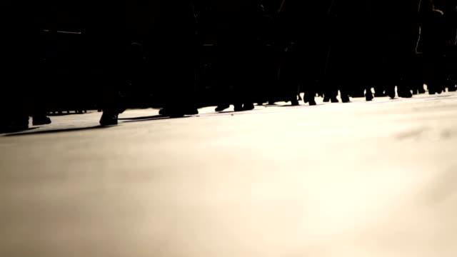 slowmotion: pendling com ba - kontrastrik bildbanksvideor och videomaterial från bakom kulisserna