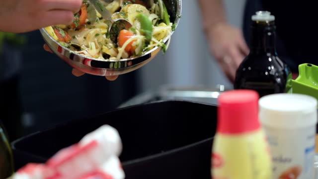 vídeos de stock, filmes e b-roll de cozedura lenta: adicionando a mistura de vegetais para caçarola - comida salgada