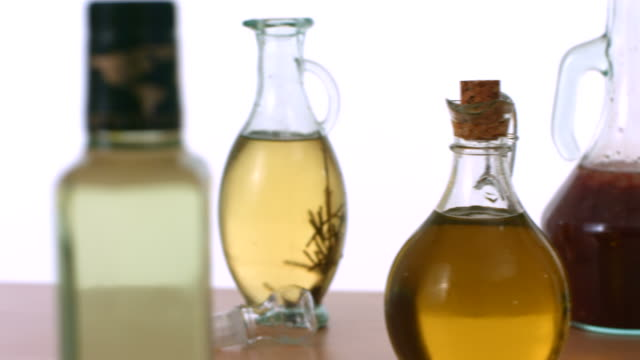 rallentatore, olio da tavola - olio d'oliva video stock e b–roll