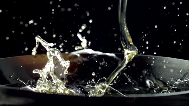 Cámara lenta, aceite para cocinar - vídeo
