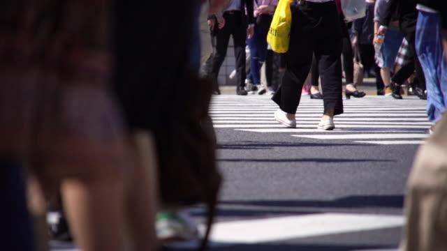 横断歩道を歩いている人たちのスローモーション。 - 雑踏点の映像素材/bロール