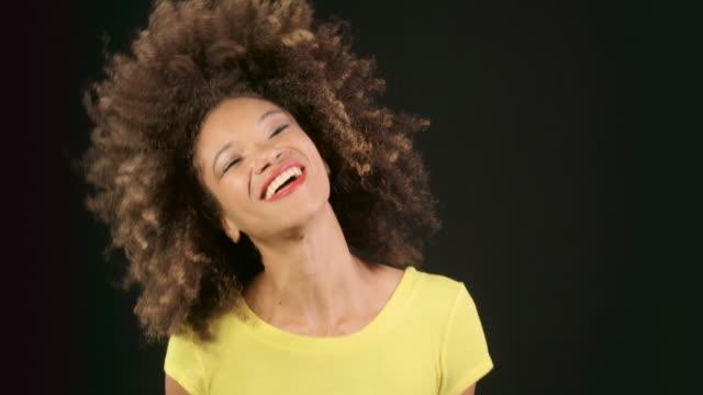 stockvideo's en b-roll-footage met slow motion dansen - curly brown hair