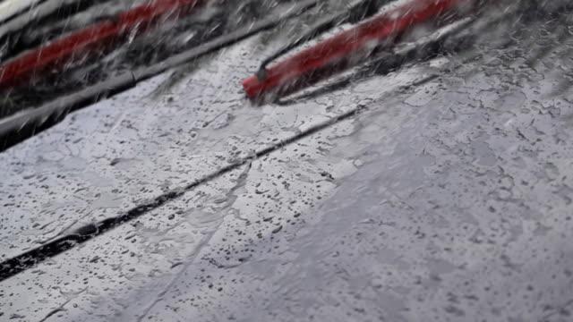 hd slow motion: köra bil i kraftigt regn. - vindruta bildbanksvideor och videomaterial från bakom kulisserna