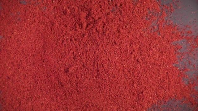 vídeos y material grabado en eventos de stock de especias secas caen lenta - molido