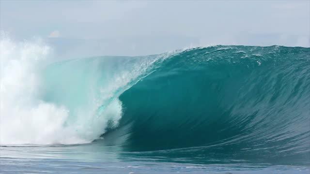 vídeos de stock, filmes e b-roll de câmera lenta vazio onda do mar - arrebentação