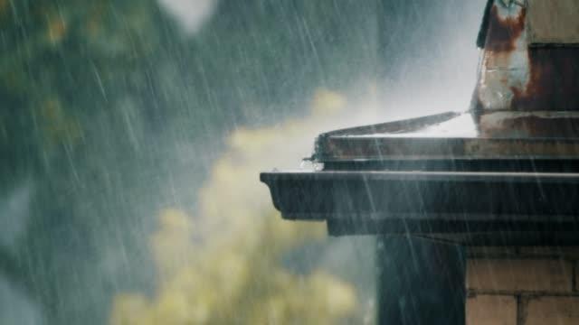slow motion establishing shot of a brutal storm. - pioggia torrenziale video stock e b–roll