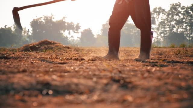 slow motion farmer digging in the field - attività agricola video stock e b–roll