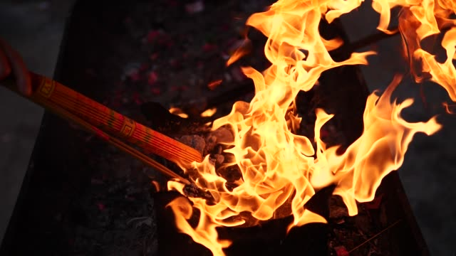 geleneksel çin tapınağında yavaş hareket yangın ve tütsü duman, fhd film, 180 fps. - bunsen beki stok videoları ve detay görüntü çekimi