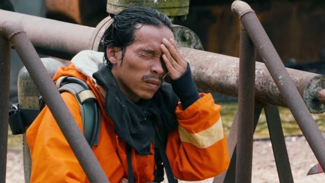 Slow Motion: Pompier au repos et l'eau potable après d'extinction d'incendie - Vidéo