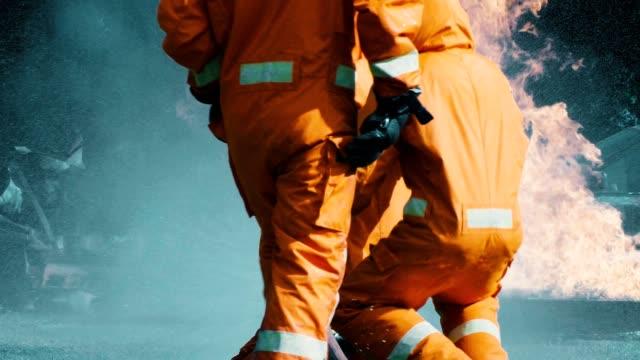 stockvideo's en b-roll-footage met slow motion: brandweerman opleiding voor noodgevallen - bosbrand