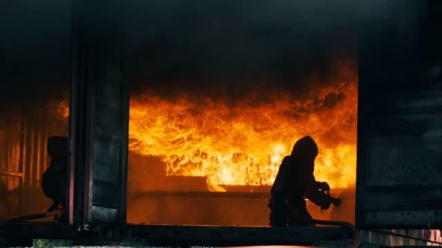 vídeos de stock, filmes e b-roll de câmera lenta: bombeiros - bombeiro