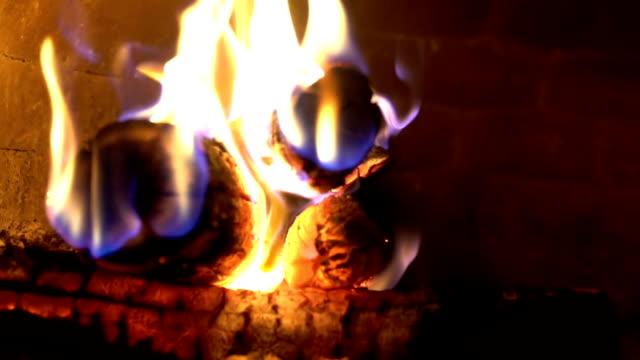 Cámara lenta leña con llama en el horno de la pizza - vídeo