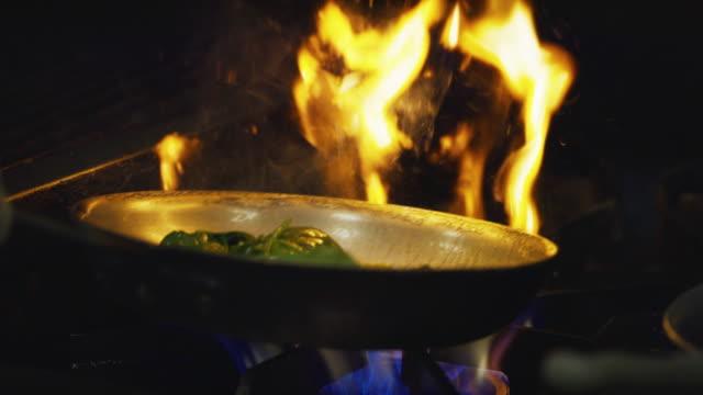 vídeos y material grabado en eventos de stock de cámara lenta flambe espinacas y setas sobre comercial gama - comida mexicana