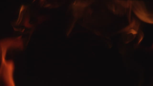 fiamme al rallentatore che bruciano intorno ai bordi del telaio. fuoco 4k sottile - tizzone video stock e b–roll