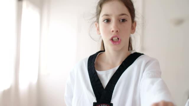 vídeos y material grabado en eventos de stock de secuencias de cámara lenta de una chica practicando artes marciales - artes marciales