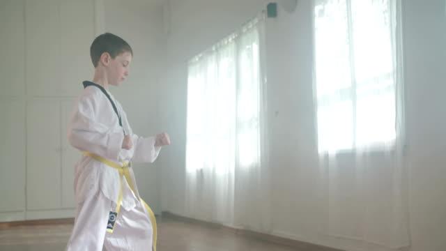 Slow-Motion Aufnahmen eines kleinen Jungen, die Kampfkünste – Video