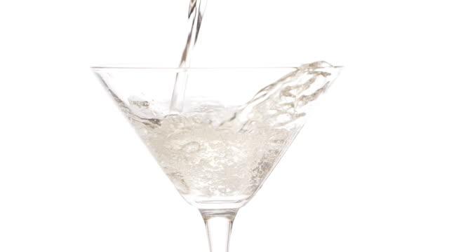 stockvideo's en b-roll-footage met slow motion beelden van het gieten van martini in een martiniglas - martini