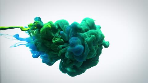 vídeos y material grabado en eventos de stock de lenta verde azul y amarilla tinta de flujo en el agua. - verde color