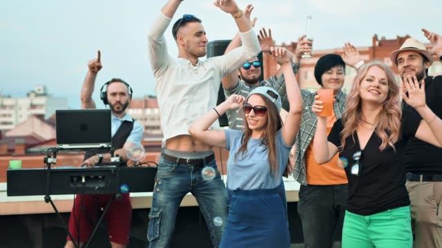 石鹸の泡の屋上パーティーで楽しんでいる若いティーンエイ ジャー人々 のスロー モーション グループ ビデオ