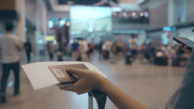 スローモーション - 幸せなアジアの女性の国際空港の出発ゲートで搭乗便に通いながら歩いてターミナル ホールで多くの荷物を台車やカートを使用しています。 ビデオ