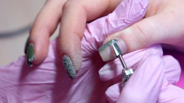 slow-motion. hardware-maniküre. entfernung von nagellack mit einer rotierenden nagelfeile. hd - maniküre stock-videos und b-roll-filmmaterial
