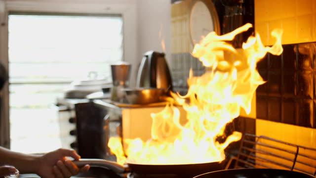 stockvideo's en b-roll-footage met slow-motion hd: flaming rundvlees in een koekepan - oil kitchen