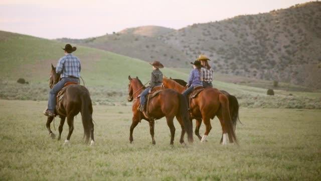 slow-motion-pferde und cowboys in utah, usa - ranch stock-videos und b-roll-filmmaterial