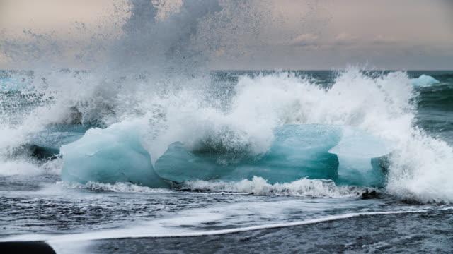 замедленная съемка icebergs на jokulsarlon бич-исландия - ледник стоковые видео и кадры b-roll
