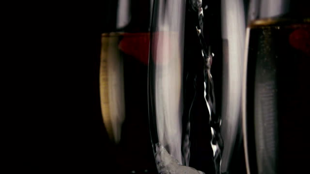 slow motion. in an empty glass to pour the champagne - bicchiere vuoto video stock e b–roll