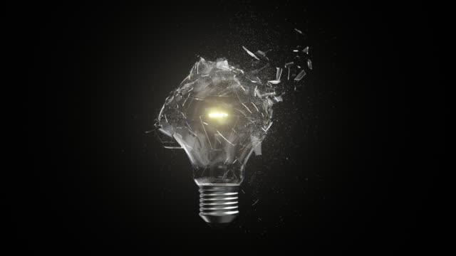 vídeos de stock, filmes e b-roll de conceito de quebra da ampola incandescente do movimento lento - lampada