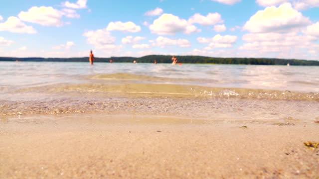 vidéos et rushes de ralenti: lake plage - prendre un bain