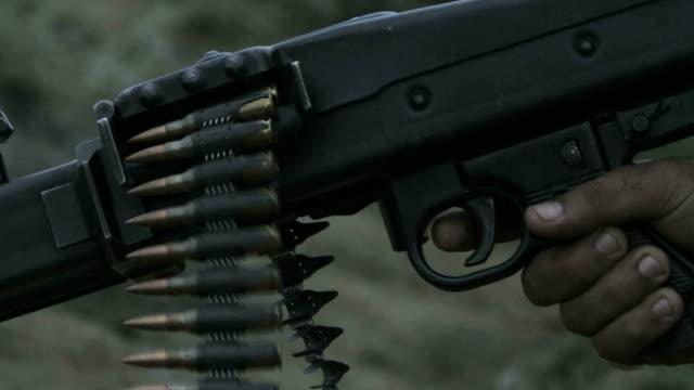 vidéos et rushes de ralenti l'arme à feu - mitrailleuse