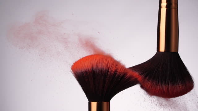 stockvideo's en b-roll-footage met slow motion: make-up borstel verspreiden van poeder op witte achtergrond - talk