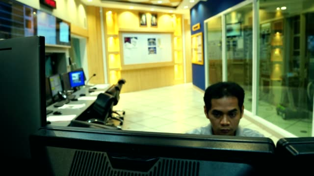 slow motion: male asian engineers are operating in a system of radiation control - reattore nucleare video stock e b–roll